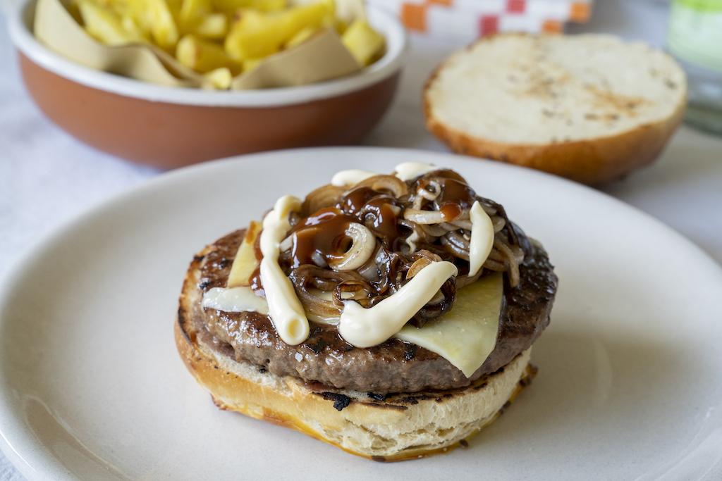 L'hamburger, il panino, la patatina fritta.