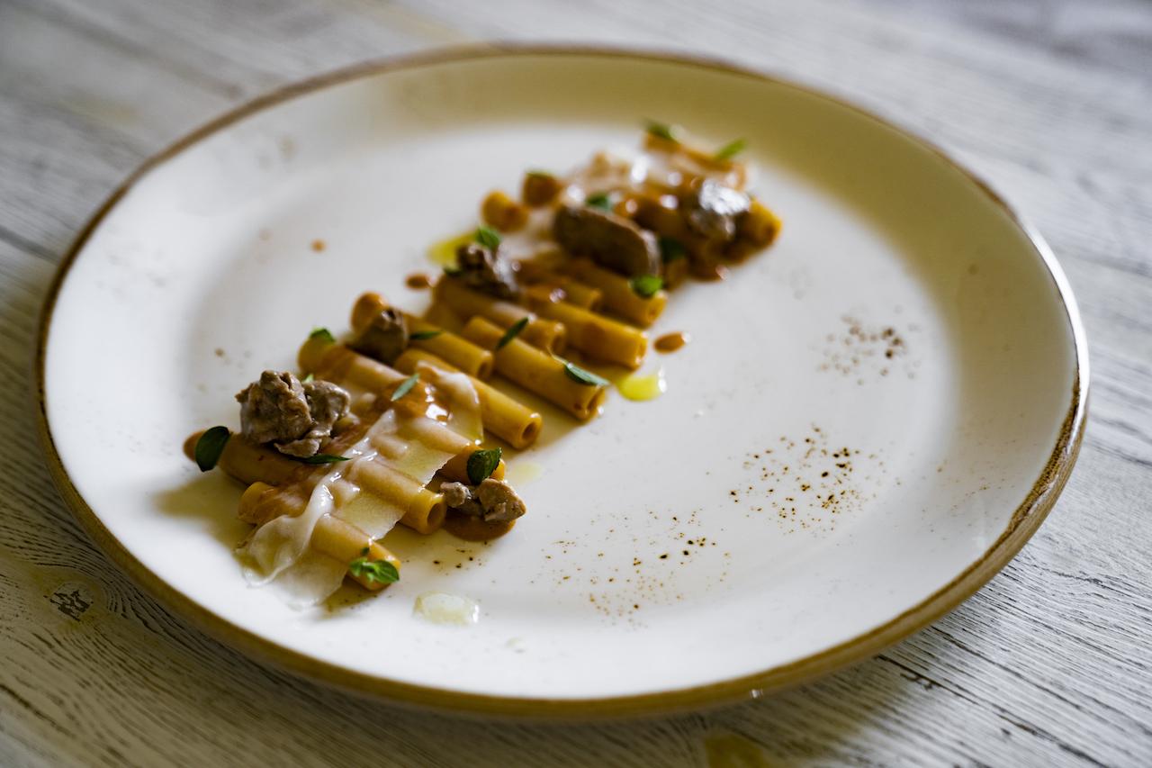 Ziti con salsa di fegato di merluzzo e nduja, lardo ed erbe dell'orto