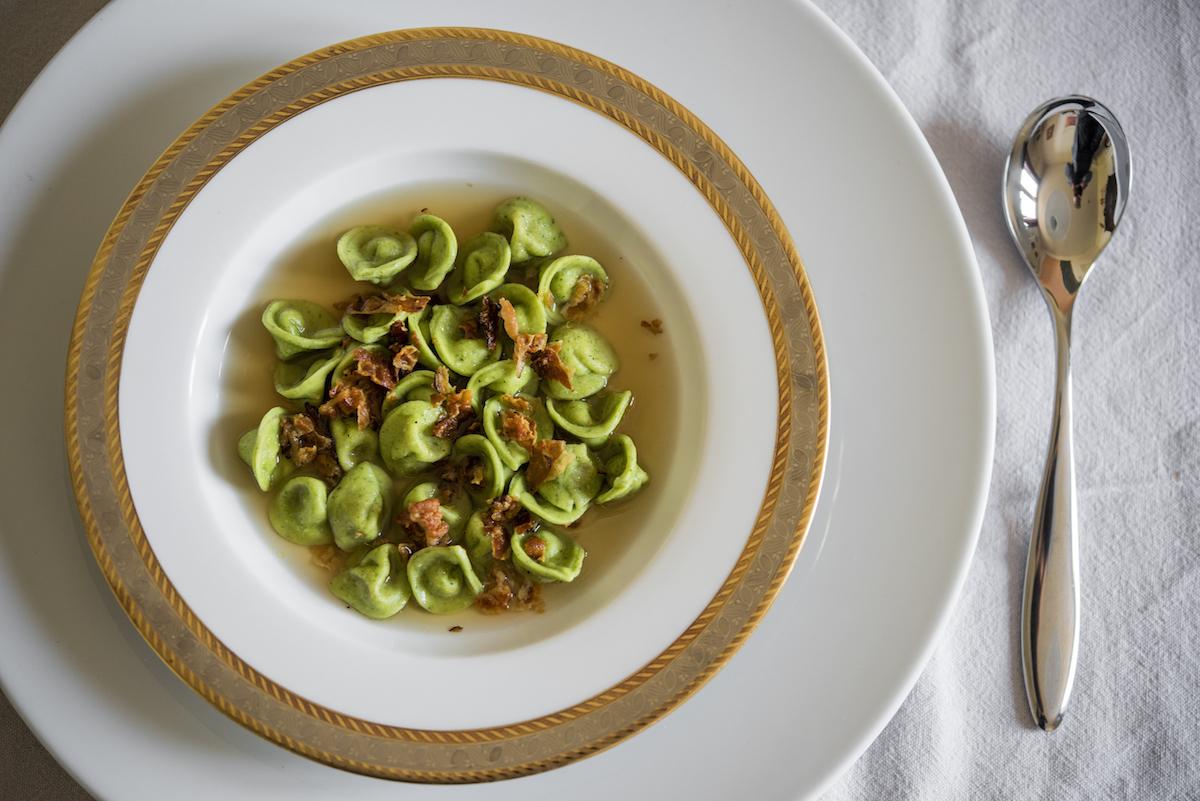 Cappellettini verdi con gricia, croccante di guanciale, consumato di manzo