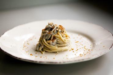 Spaghettoni con le fresche alici, e la sabbia di pane