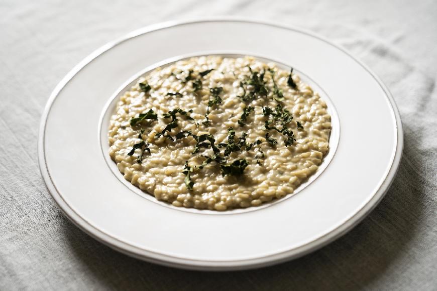 Risotto integrale, si può: gorgonzola e cavolo nero chips.